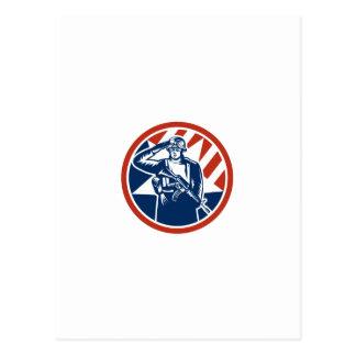 Saludo americano del soldado que celebra el rifle  tarjeta postal