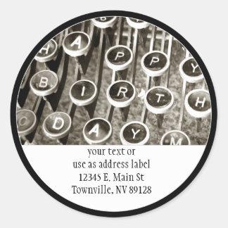 Saludo del cumpleaños de la máquina de escribir pegatina redonda