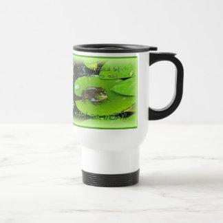 Saludo del feliz cumpleaños - rana mugidora en el taza térmica