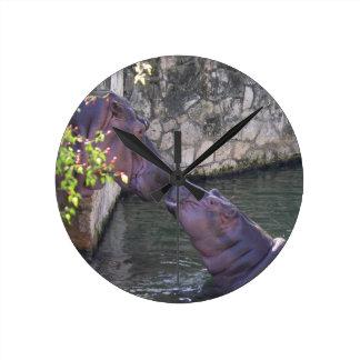 Saludo del hipopótamo de la madre y del bebé reloj redondo mediano