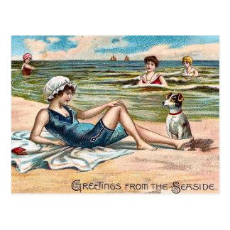 ¡Saludos de la playa!  Postal del vintage