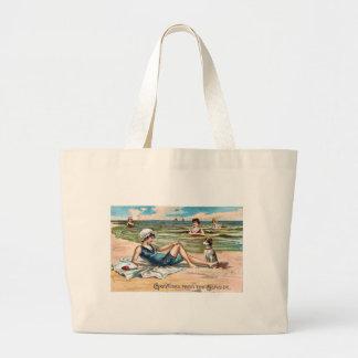 ¡Saludos de la playa!  Postal del vintage Bolsa De Tela Grande
