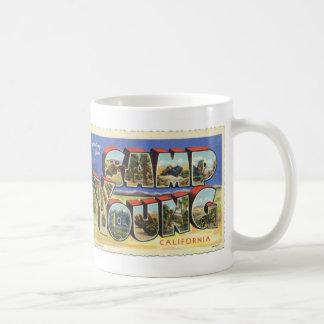 Saludos de la taza joven de la postal del vintage