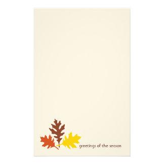 Saludos de las hojas de otoño de los efectos de es  papeleria de diseño