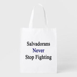 Salvadoreños nunca paran el luchar bolsas para la compra
