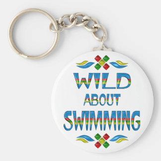 Salvaje sobre la natación llavero redondo tipo pin