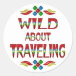 Salvaje sobre viajar etiqueta redonda