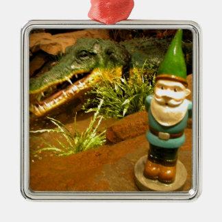 Sam y el cocodrilo adorno cuadrado plateado