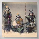 Samurai 3 en armadura con el poster de las armas