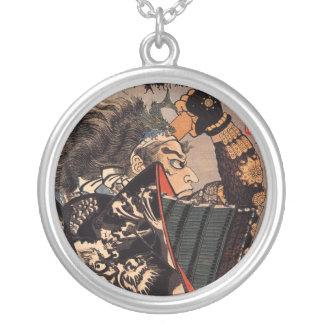Samurai con la armadura hermosa del dragón collares