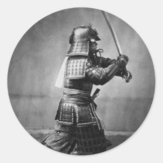 Samurai del vintage con la espada y la daga pegatina redonda