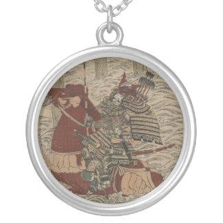 Samurai en armadura, en caballo con el arco y las  grimpolas personalizadas