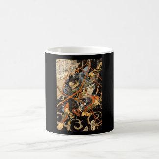 Samurai que lucha al monstruo grande, circa 1800's taza básica blanca