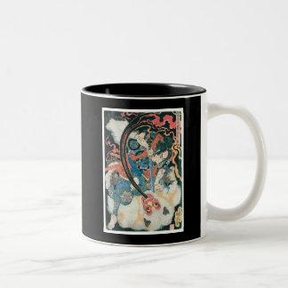 Samurai que mata a un demonio, pintura japonesa an taza dos tonos