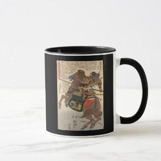 Samurai sangriento en armadura llena en un caballo taza