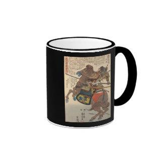 Samurai sangriento en armadura llena en un caballo taza a dos colores