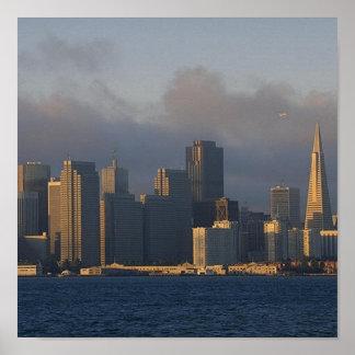 San Francisco como las elevaciones de la niebla Poster