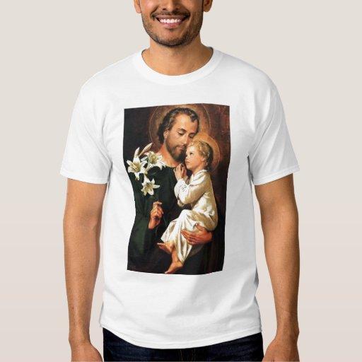 San José que sostiene la camiseta de Jesús Polera