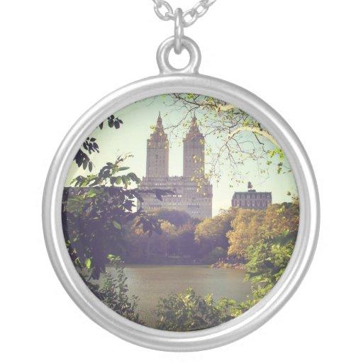San Remo enmarcó por los árboles, Central Park, NY Colgante Redondo