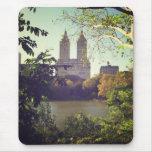 San Remo enmarcó por los árboles, Central Park, NY Alfombrilla De Ratones