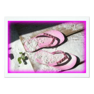 Sandalias arenosas rosadas del flip-flop en la invitación 12,7 x 17,8 cm