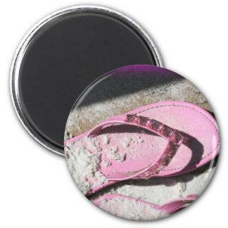 Sandalias arenosas rosadas del flip-flop en la pla imán para frigorifico