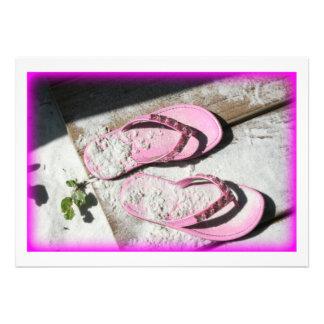 Sandalias arenosas rosadas del flip-flop en la pla comunicado personalizado