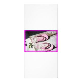 Sandalias arenosas rosadas del flip-flop en la pla lonas publicitarias