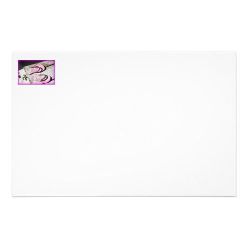 Sandalias arenosas rosadas del flip-flop en la pla papelería de diseño