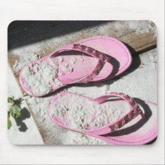 Sandalias arenosas rosadas del flip-flop en la pla alfombrilla de ratón