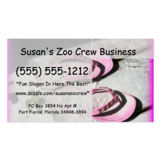 Sandalias arenosas rosadas del flip-flop en la pla tarjetas de visita