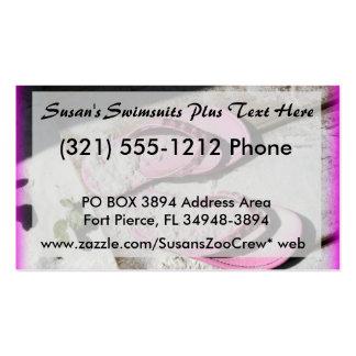 Sandalias arenosas rosadas del flip-flop en la pla tarjeta de visita