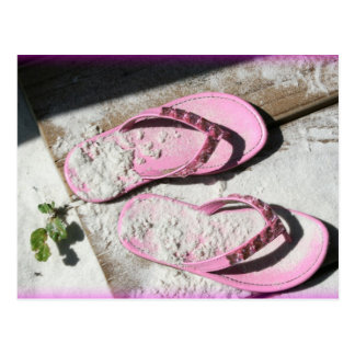 Sandalias arenosas rosadas del flip-flop en la postal