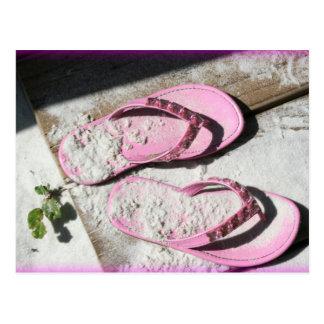 Sandalias arenosas rosadas del flip-flop en la tarjetas postales