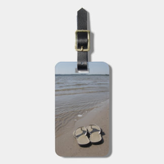 Sandalias en la etiqueta del equipaje de la playa etiquetas de maletas
