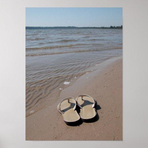Sandalias en la impresión del poster de la playa