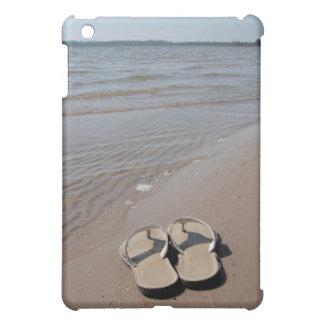 Sandalias en la orilla