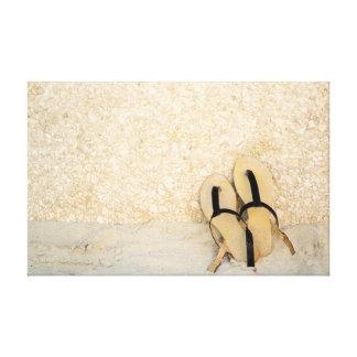 Sandalias en la playa impresión en lienzo estirada