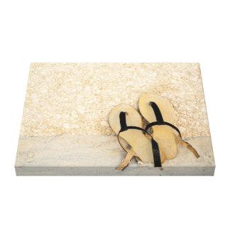 Sandalias en la playa lona estirada galerías