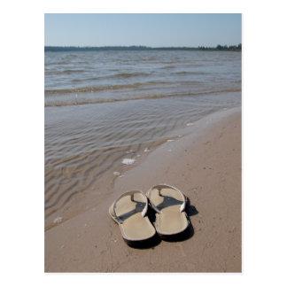 Sandalias en la postal de la playa