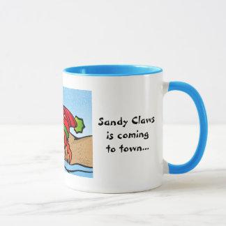 Sandy agarra la taza del navidad