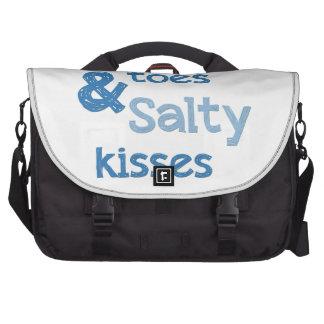 Sandy toca con la punta del pie besos salados bolsas para portátil