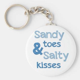 Sandy toca con la punta del pie besos salados llavero redondo tipo pin