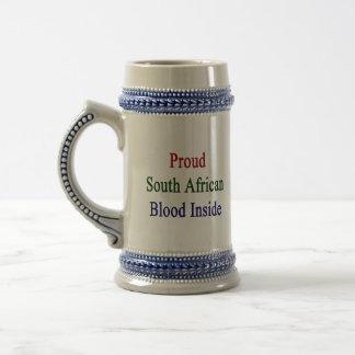Sangre surafricana orgullosa dentro jarra de cerveza