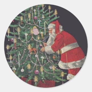 Santa en el árbol de navidad pegatina redonda
