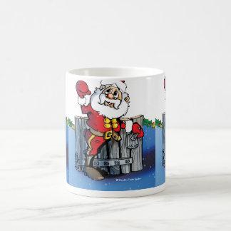 Santa en la puerta tejó la taza del navidad