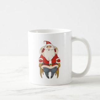 Santa en silla taza clásica