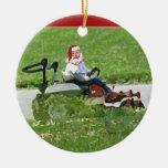 Santa en un paisajista del cortacésped del montar adornos de navidad