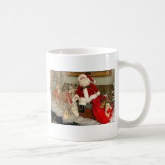 santa en un tejado taza de café