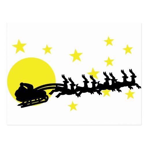 Santa está detrás en ciudad tarjetas postales